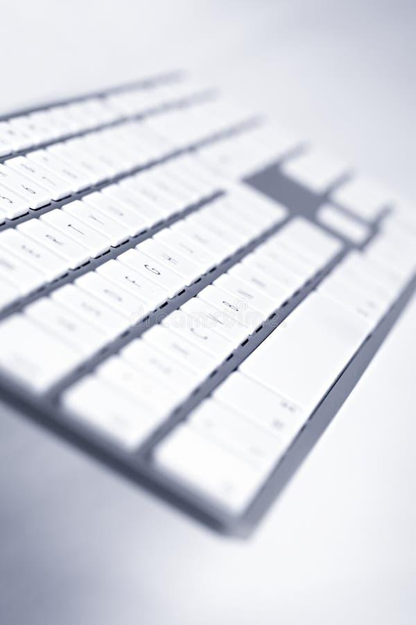 Close-up do teclado moderno, opinião de ângulo foto de stock