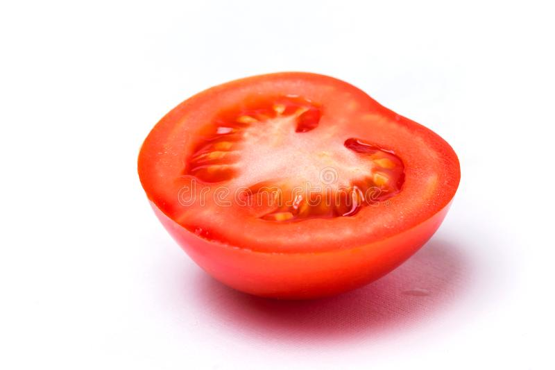 Close-up do tomate fresco cortado vermelho no fundo isolado branco fotografia de stock