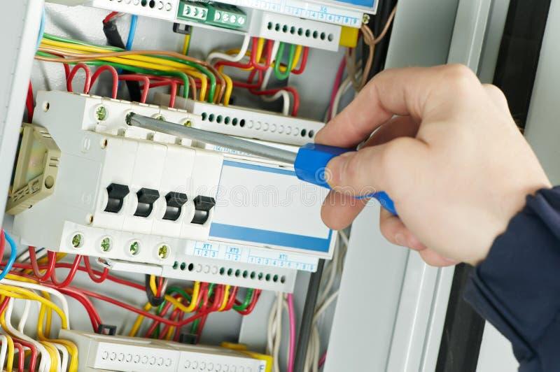 Close-up do trabalho do eletricista fotos de stock