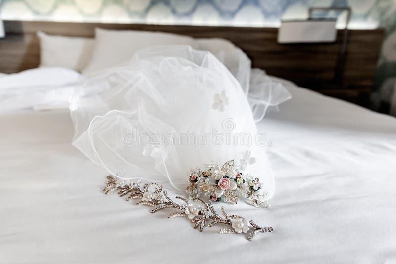 Close up do véu nupcial branco em um dia do casamento imagens de stock