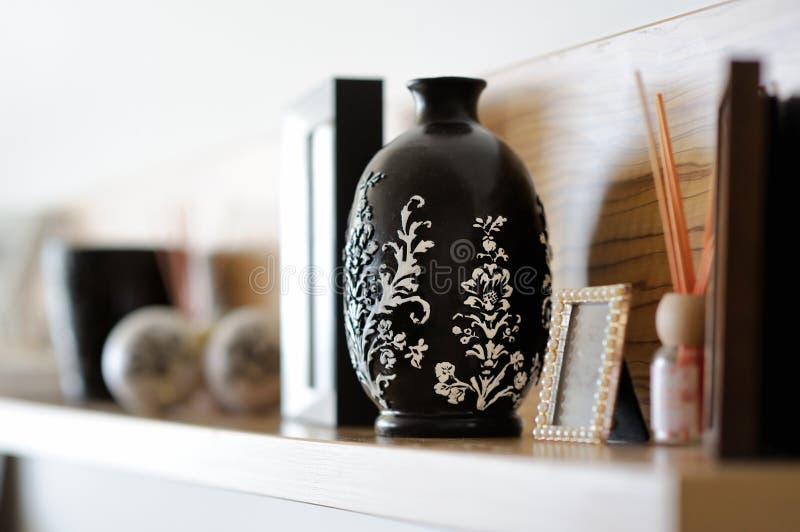 Close up do vaso na sala de visitas decorada imagem de stock