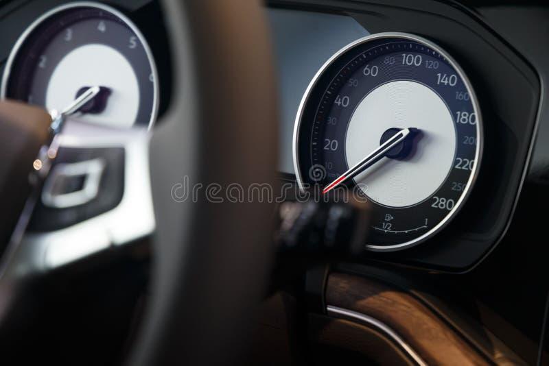 Close-up do velocímetro no painel de um carro caro moderno imagem de stock