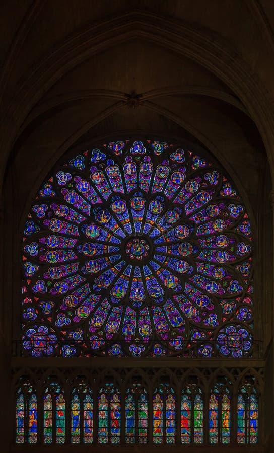 Close up do vitral da janela cor-de-rosa a mais velha instalada em 1225 no Notre Dame de Paris Cathedral em Paris França fotos de stock