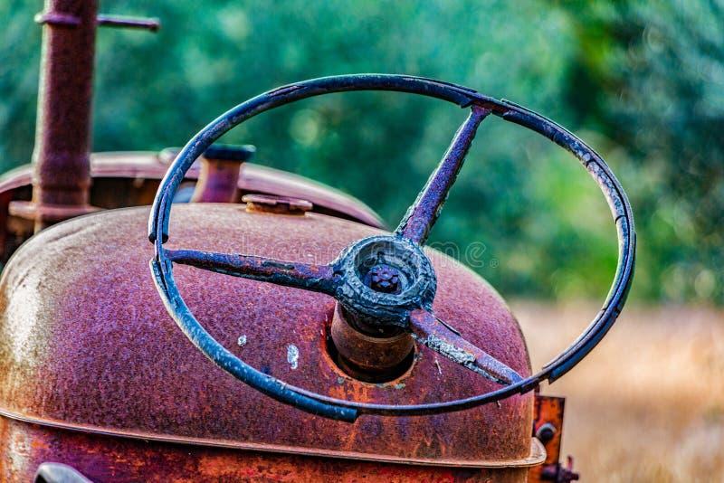 Close-up do volante oxidado do trator imagens de stock