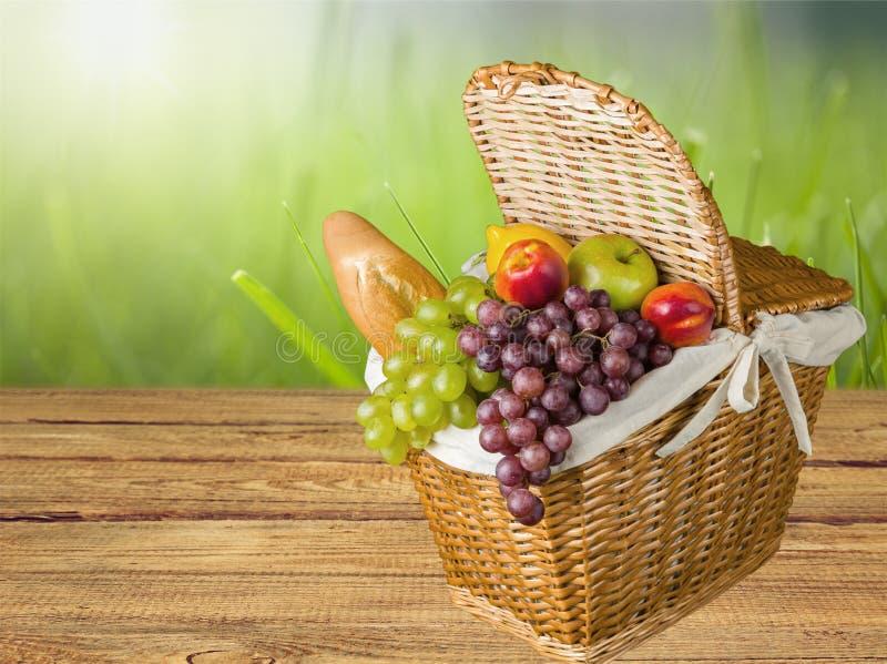 Close-up dos alimentos frescos na cesta marrom na natureza foto de stock royalty free