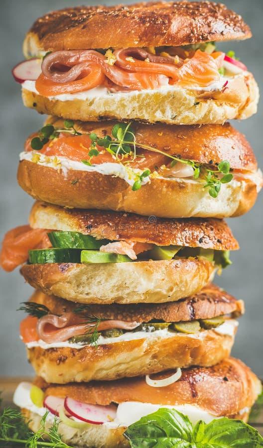 Close-up dos Bagels com salmões, ovos, vegetais, alcaparras, queijo creme, ervas fotos de stock