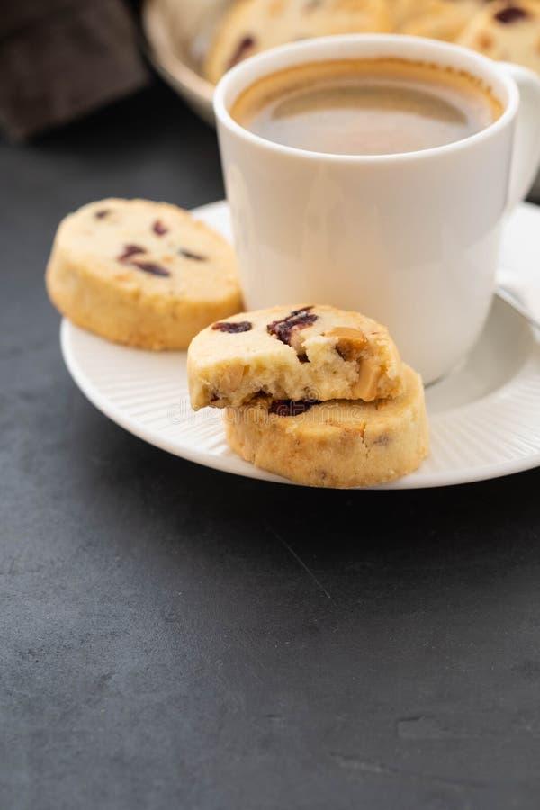 Close up dos biscoitos e de uma xícara de café Imagem simbólica Conceito para um petisco saboroso Sobremesa doce Foco seletivo fi fotografia de stock royalty free