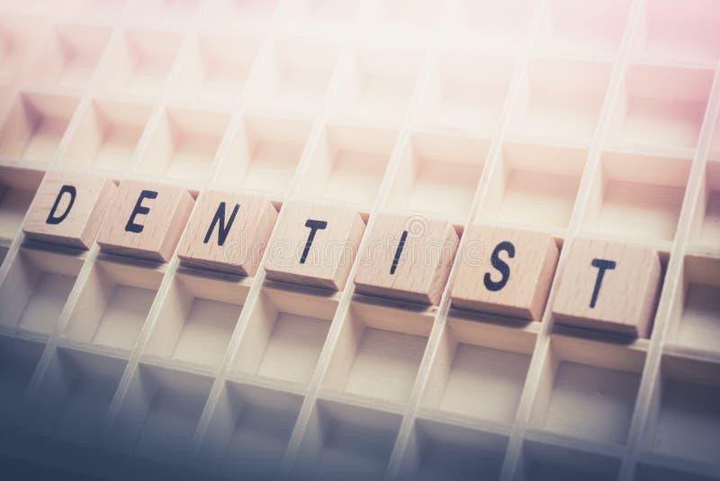 Close up dos blocos de Formed By Wooden do dentista da palavra em um Typecase imagem de stock royalty free