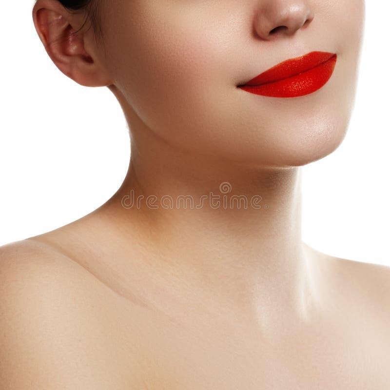 Close-up dos bordos da mulher com composição brilhante do vermelho da forma Macro b imagem de stock royalty free