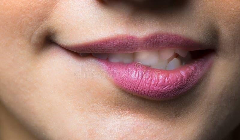 Close-up dos bordos da mulher com composição cor-de-rosa natural do batom da forma fotografia de stock