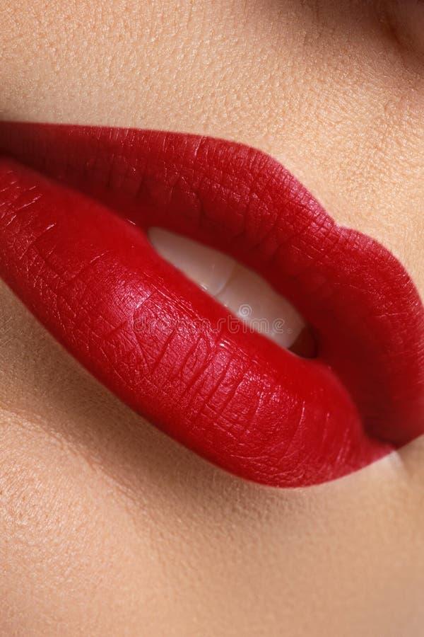 Close-up dos bordos do ` s da mulher com composição lustrosa vermelha da forma brilhante fotografia de stock