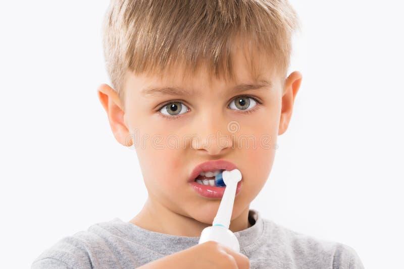 Close-up dos dentes de escovadela do menino fotografia de stock