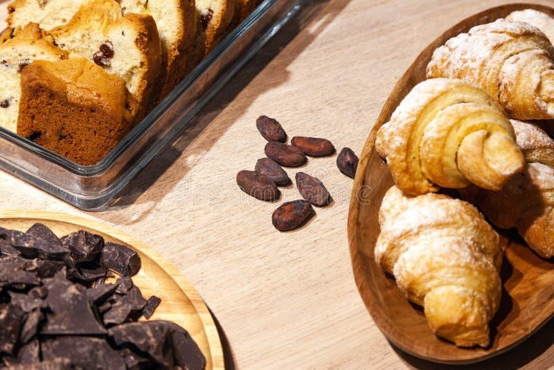 Close up dos doces e das pastelarias e padaria fresca - cookies do biscoito, biscotti, partes de chocolate escuro, passas, croiss imagem de stock