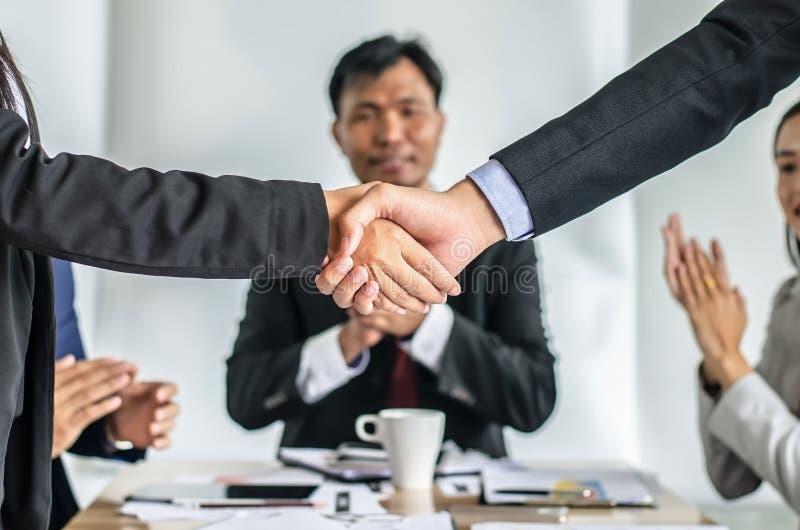 Close up dos executivos que agitam as mãos, terminando acima uma reunião fotos de stock royalty free