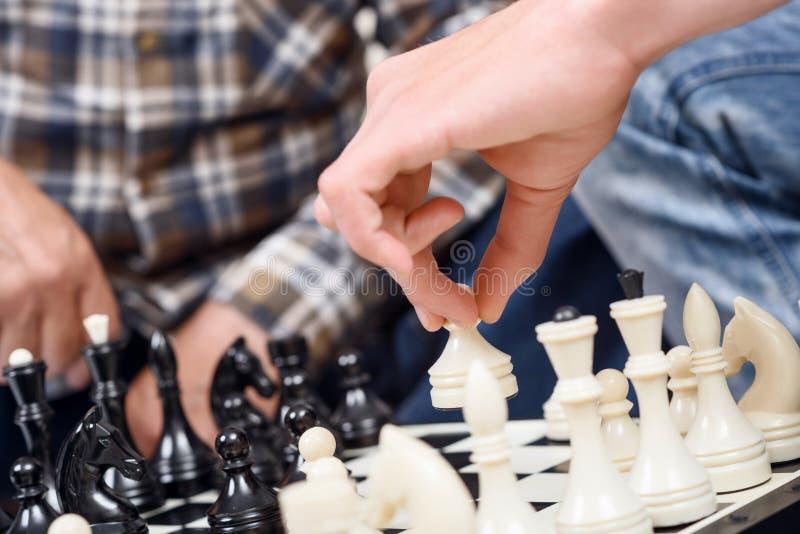 Close-up dos homens que jogam a xadrez imagem de stock royalty free