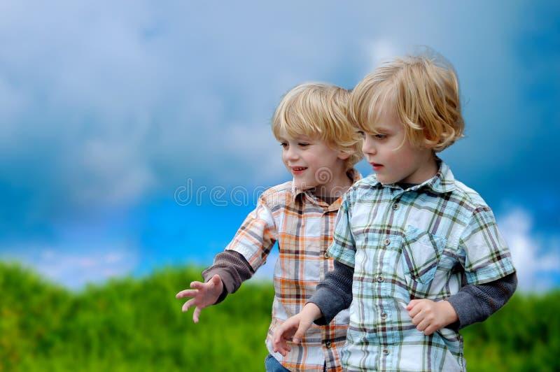 Close up dos meninos no jogo imagens de stock royalty free