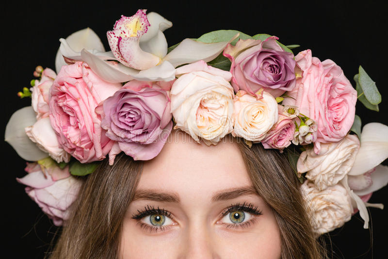 Close up dos olhos da mulher na grinalda bonita da rosa foto de stock