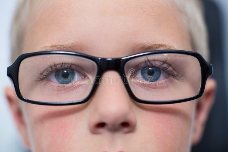 Close-up dos olhos pacientes novos imagens de stock
