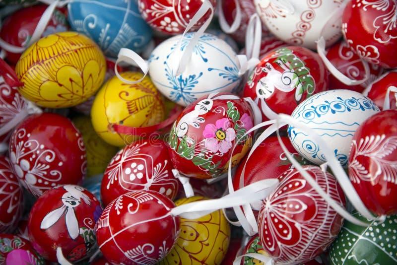 Close up dos ovos da páscoa de cima como de um fundo fotografia de stock