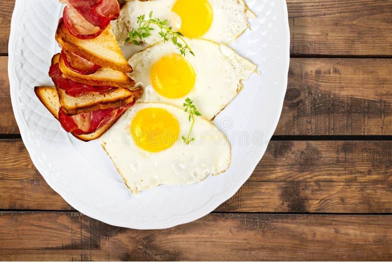 Close-up dos ovos fritos e do presunto - excelentes imagens de stock