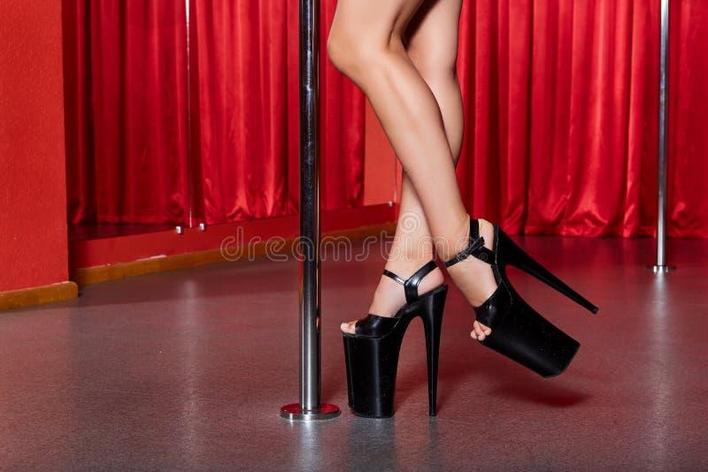 Close up dos pés bonitos nos saltos altos fotografia de stock