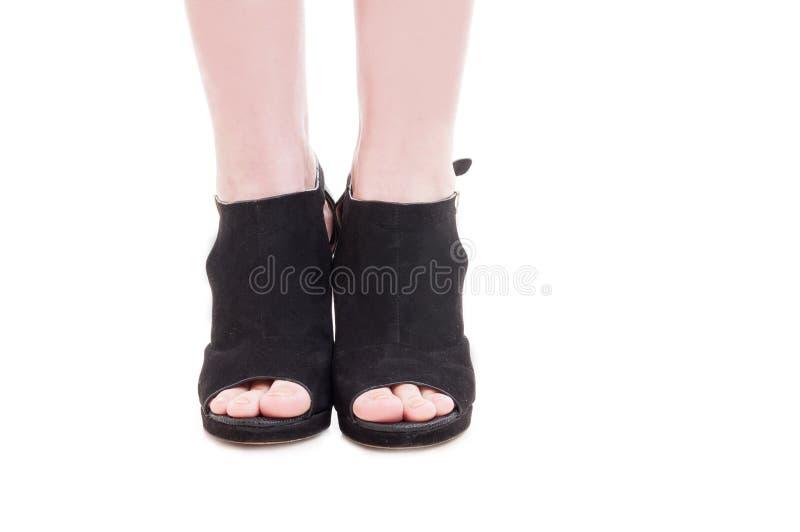 Close up dos pés da jovem mulher que vestem sapatas elegantes do salto alto fotos de stock royalty free
