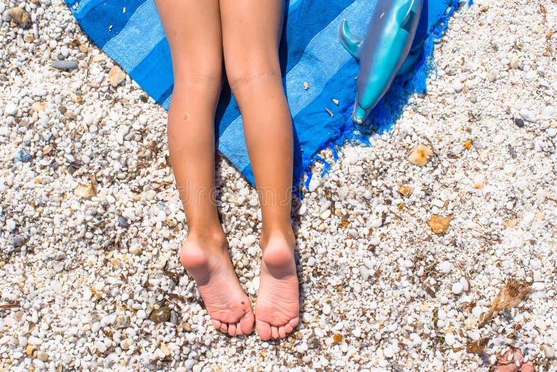 Close up dos pés da menina na praia tropical com imagem de stock