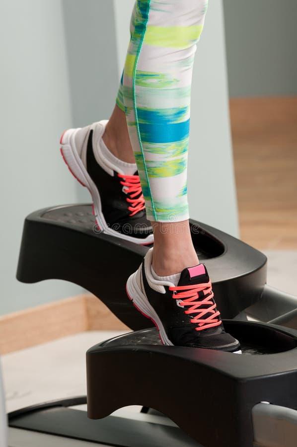 Close-up dos pés da mulher que vestem sapatas e exercício do esporte foto de stock