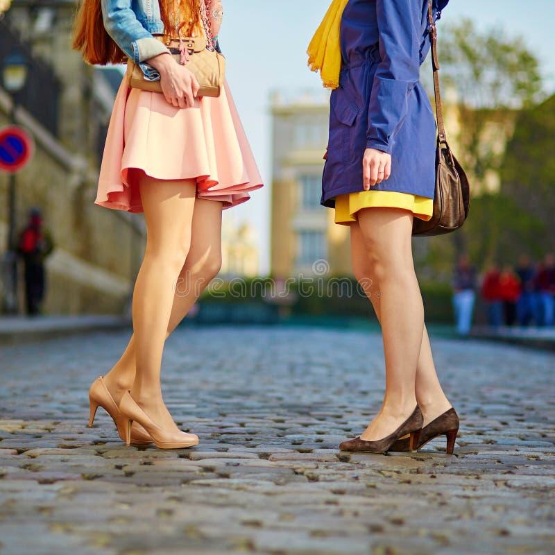 Close up dos pés das mulheres foto de stock