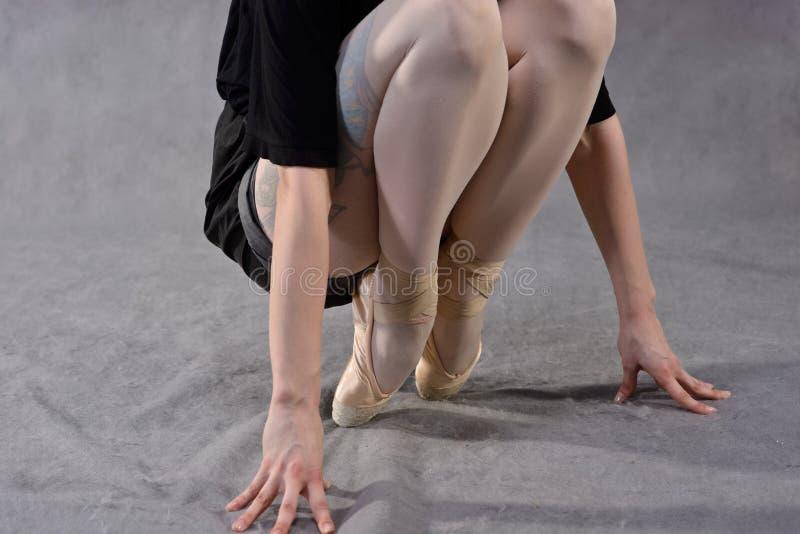 Close-up dos pés de uma bailarina no pointe fotos de stock