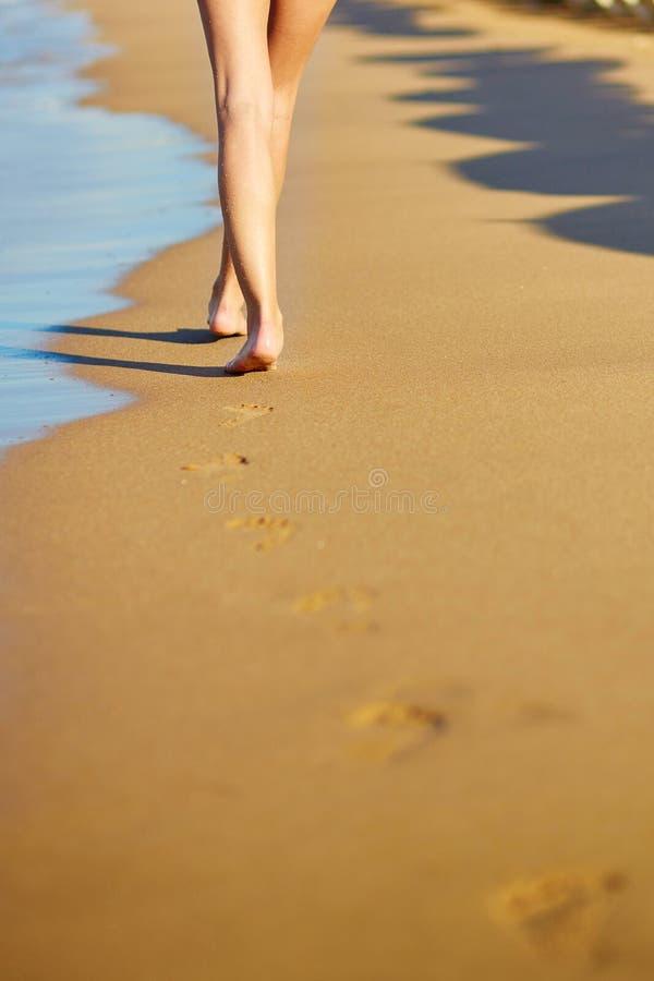 Close up dos pés de uma mulher na praia fotografia de stock
