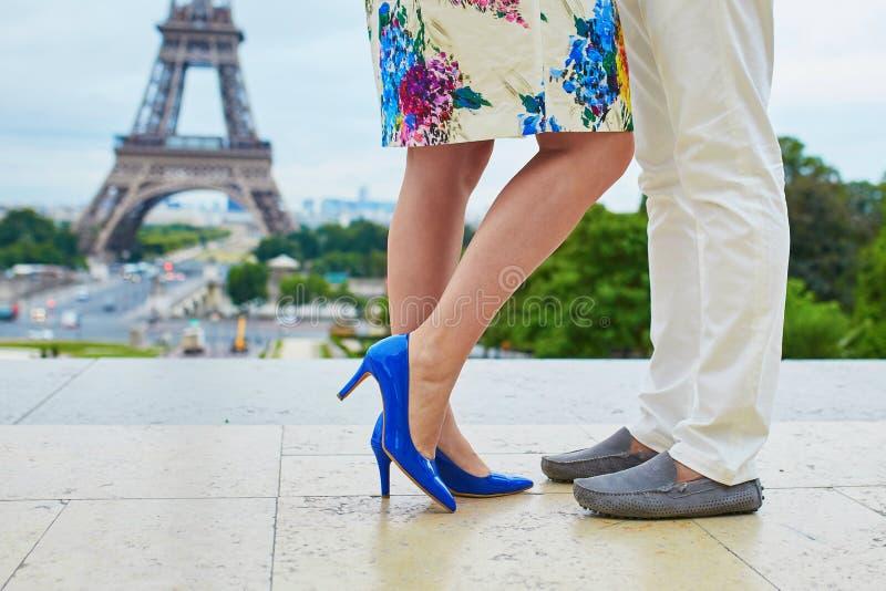 Close up dos pés do homem e da mulher perto da torre Eiffel imagem de stock
