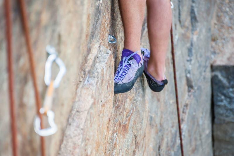 Close-up dos pés do montanhista foto de stock