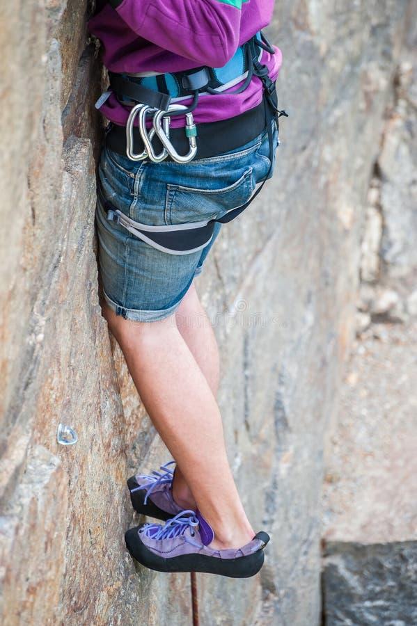 Close-up dos pés do montanhista fotos de stock royalty free