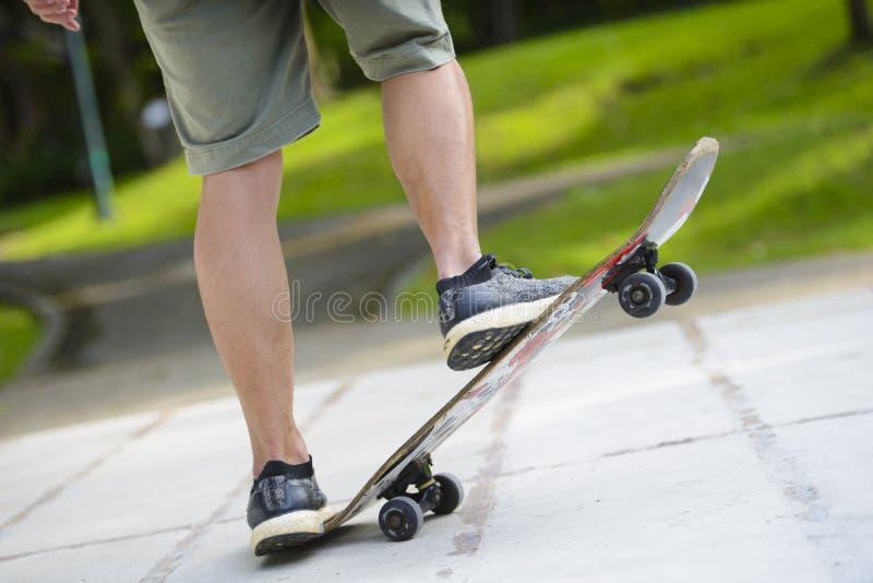Close up dos pés do skater imagem de stock