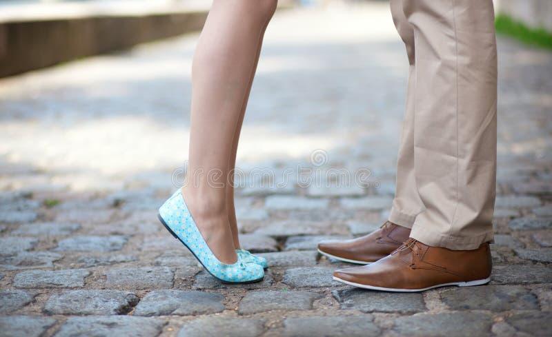 Close up dos pés masculinos e fêmeas em uma tâmara fotos de stock
