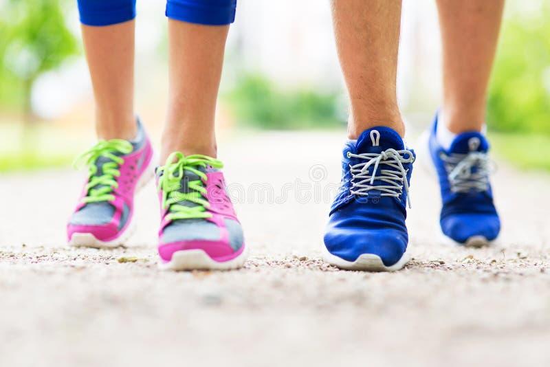 Close-up dos pés running dos pares imagens de stock royalty free