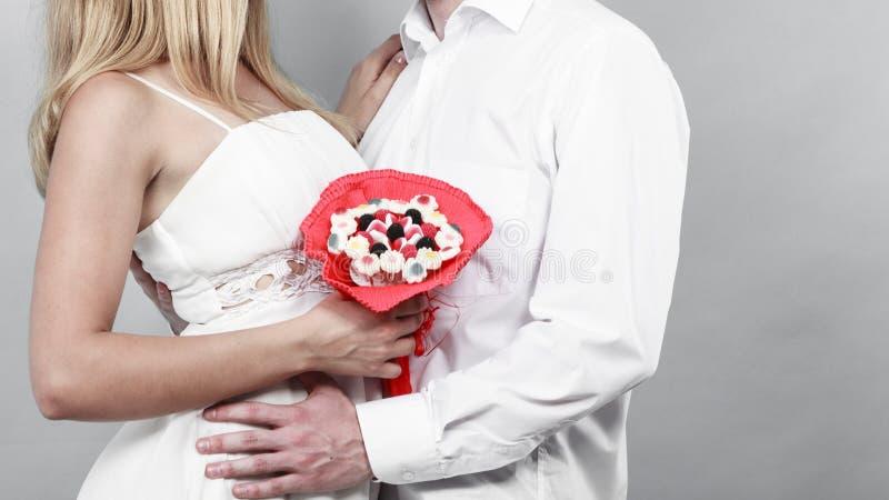 Close up dos pares com as flores do grupo dos doces Amor fotos de stock