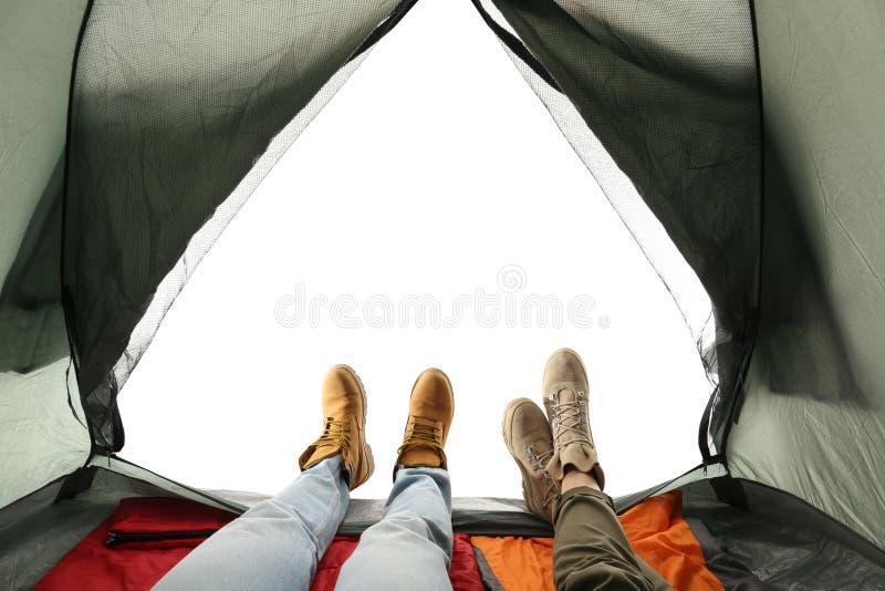 Close up dos pares na barraca de acampamento no branco, vista do interior fotos de stock royalty free