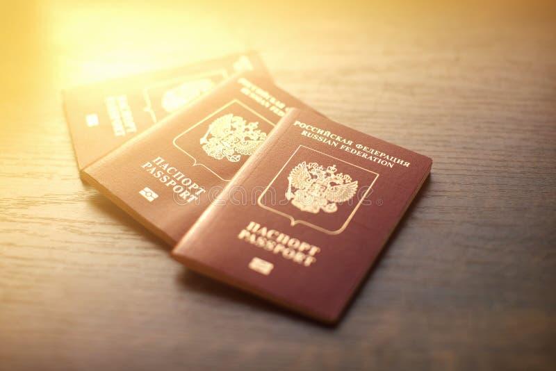 Close-up dos passaportes do russo na tabela de madeira fotografia de stock
