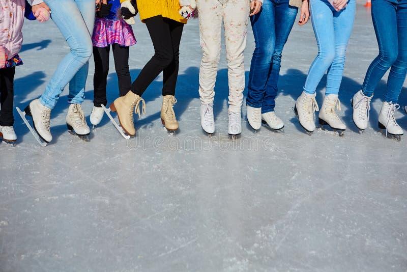 Close-up dos patins dos skateres na superfície do gelo Patim no gelo na empresa dos amigos Arrendamento do patim Lugar para fotos de stock royalty free