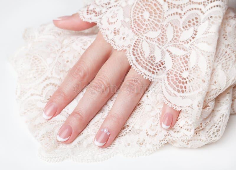 Close up dos pregos com tratamento de mãos francês bonito imagem de stock royalty free