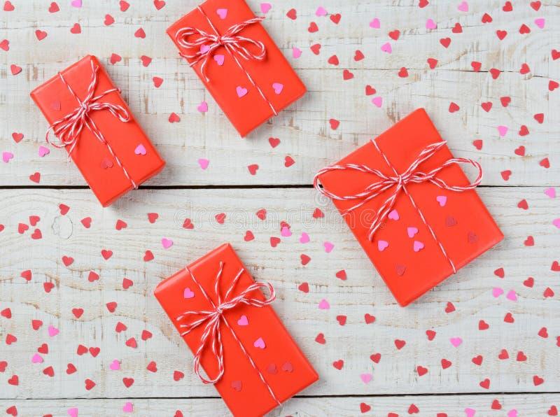 Close up dos presentes e dos corações dos Valentim imagem de stock