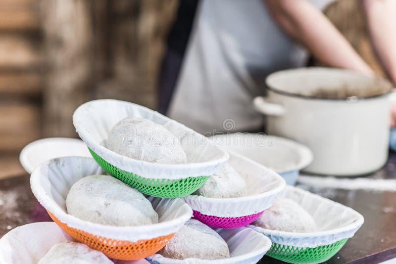 Close up dos produtos semiacabados da massa para o pão de cozimento foto de stock royalty free