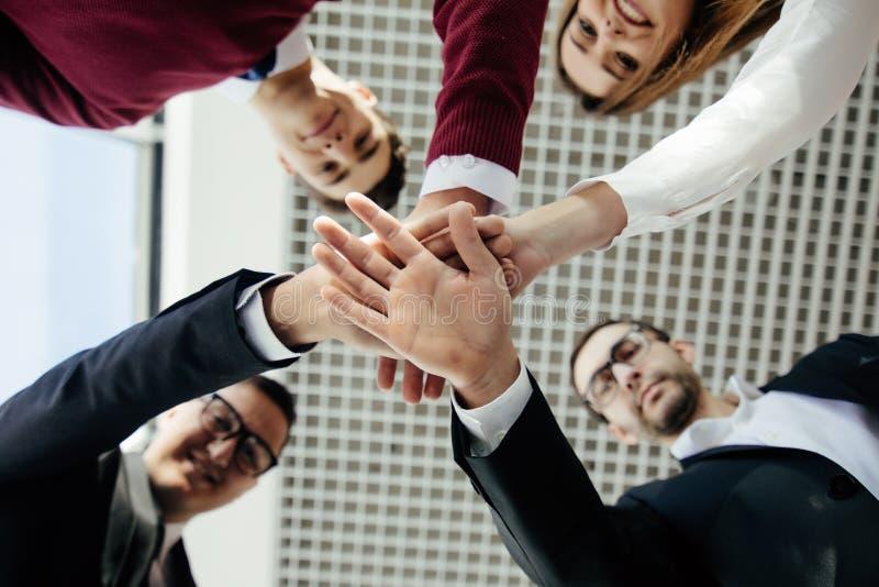 Close-up dos sócios comerciais que fazem a pilha das mãos na reunião Team o trabalho imagem de stock royalty free
