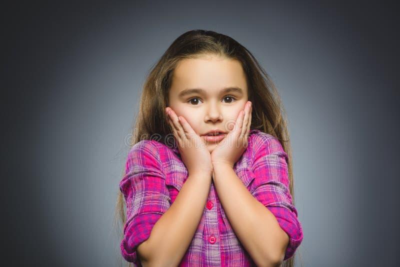 Close-up droevig meisje met ongerust gemaakte beklemtoonde gezichtsuitdrukking royalty-vrije stock afbeelding