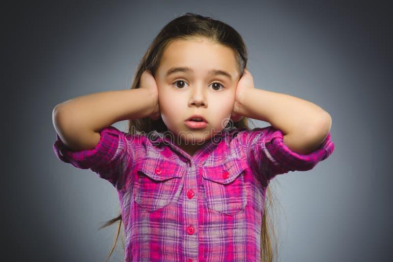 Close-up droevig meisje met ongerust gemaakte beklemtoonde gezichtsuitdrukking stock foto