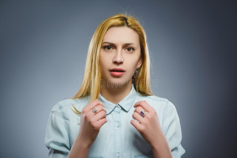 Close-up droevige vrouw met ongerust gemaakte beklemtoonde gezichtsuitdrukking royalty-vrije stock foto's