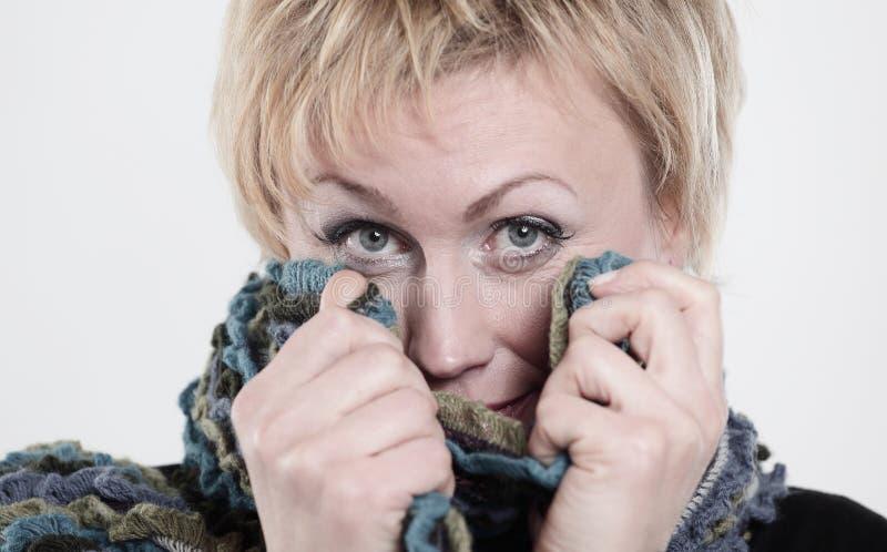 close-up een modieuze die vrouw in een gebreide sjaal wordt verpakt I stock afbeelding
