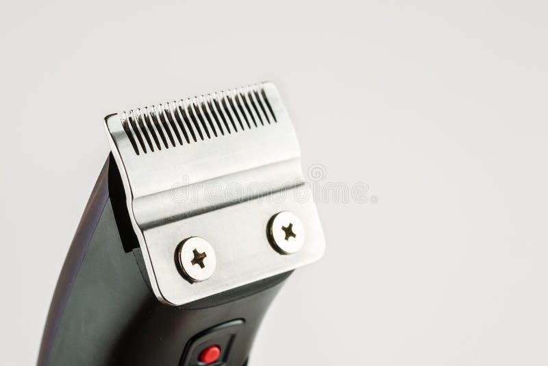 Close up elétrico da lâmina da tosquiadeira de cabelo disparado em um fundo branco imagens de stock royalty free
